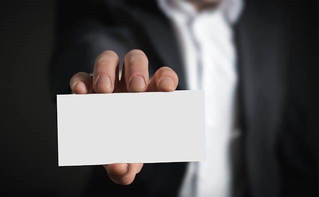 Muž držící vizitku