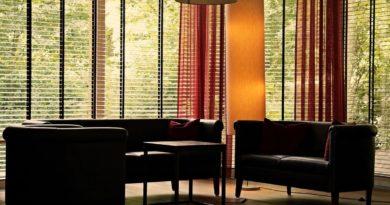 obývací pokoj s velkými okny