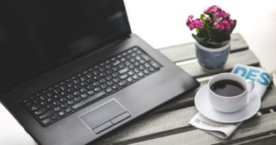 Pracovní notebook a káva