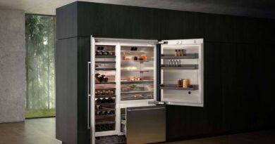 Otevřená lednice v interiéru