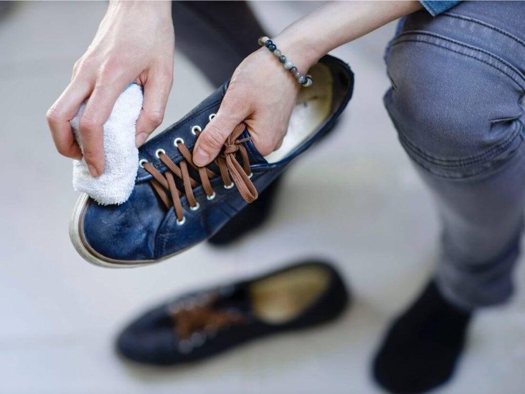 Čištění kožených boty flanelovým hadříkem