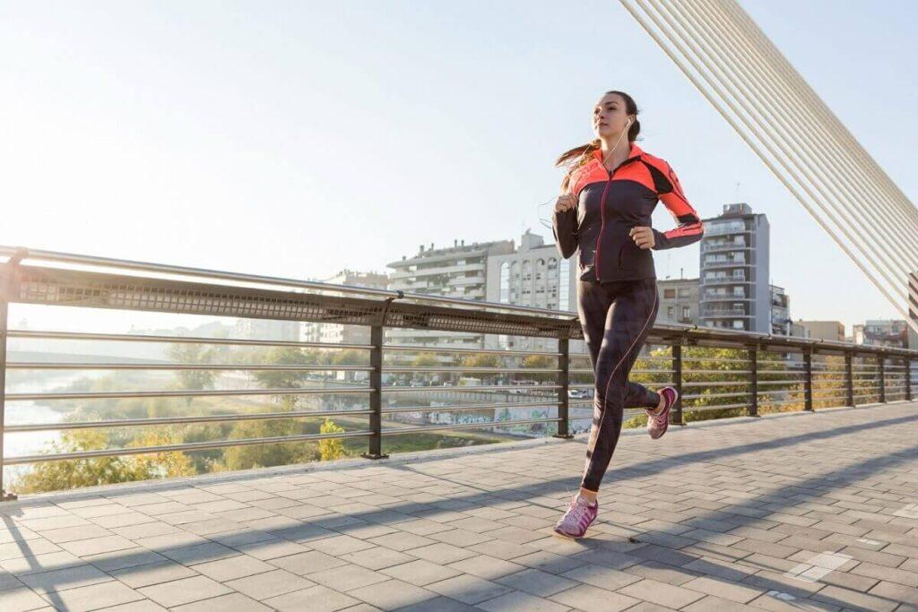 Mladá žena běhá venku